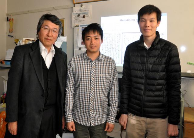 Giáo sư Masaki Nakagawa (trái, ngoài cùng) là người hướng dẫn của Lý Tuấn Nam và Nguyễn Công Kha tại ĐH Nông nghiệp và Công nghệ Tokyo đánh giá cho biết nghiên cứu của hai sinh viên Việt Nam chắc chắn sẽ rất hữu ích trong việc nghiên cứu lịch sử Nhật Bản.