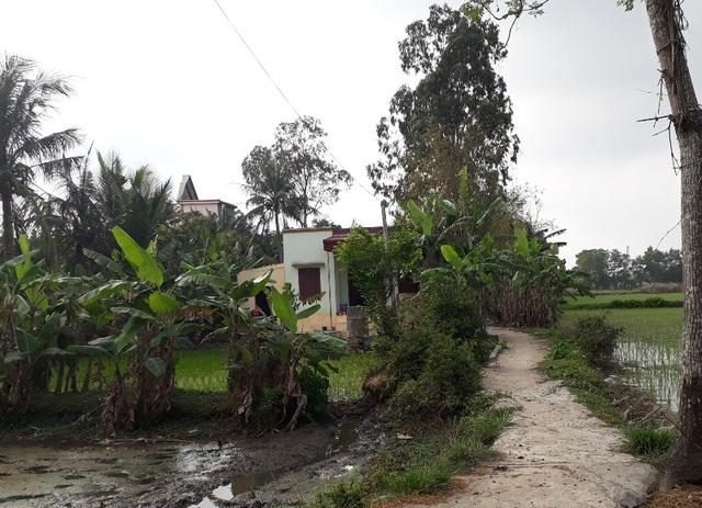 Căn nhà nhỏ của gia đình Châu Việt Cường nằm phía ngoài cánh đồng
