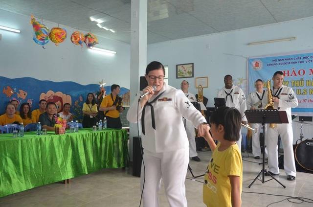 Nữ binh sĩ Mỹ - Emily Kershaw vui hát cùng các em nhỏ nạn nhân chất độc da cam ở Đà Nẵng