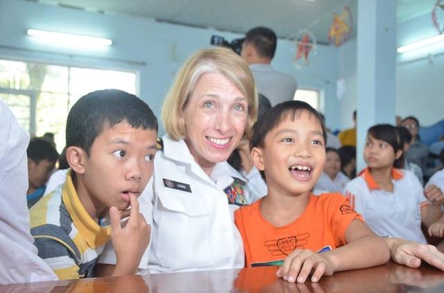 Nữ binh sĩ Mỹ xúc động hát cùng trẻ nhỏ nạn nhân chất độc da cam Đà Nẵng - 9
