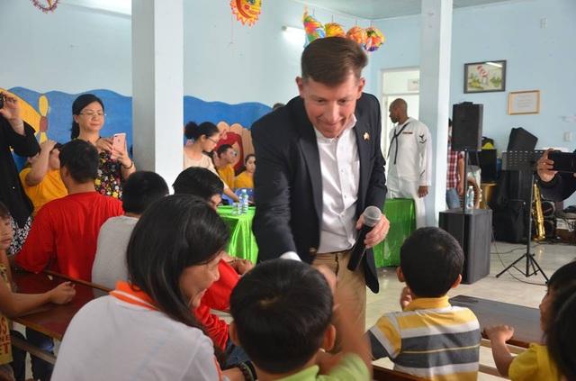 Ông Timothy Liston - Phó Tổng lãnh sự Mỹ tại TP. Hồ Chí Minh cùng thủy thủ đoàn tàu sân bay Mỹ đến thăm các em nhỏ ở Hội Nạn nhân chất độc da cam TP. Đà Nẵng