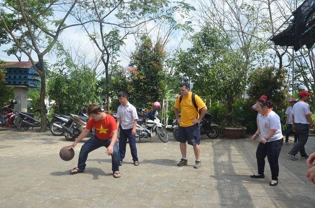 Các thủy thủ đoàn chơi bóng cùng các em nhỏ