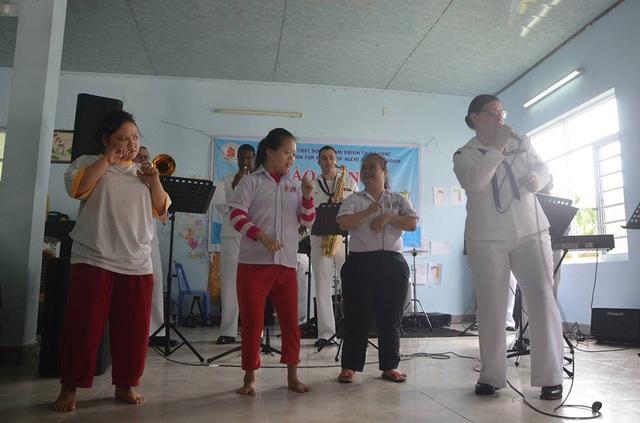 Ban nhạc Hạm đội 7 biểu diễn và hát cùng các em nhỏ