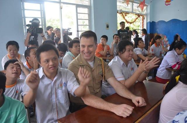 Đó cũng là cảm nhận của nhiều thành viên đoàn lần đầu đến thăm các em nhỏ nạn nhân chất độc da cam