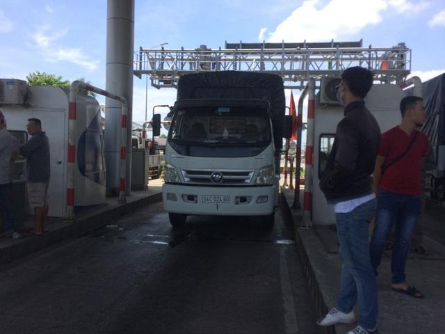 Xe tải dừng lại trạm thu phí để phản đối về mức thu phí chưa hợp lí của anh Tô Hoài Nam