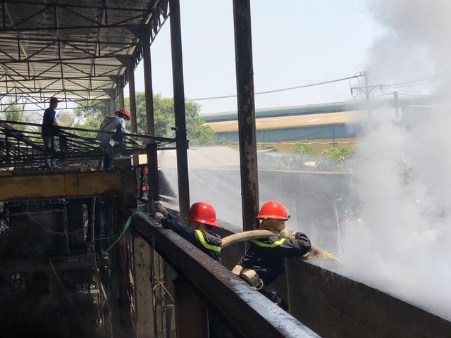 Xưởng chứa phế liệu bốc cháy ngùn ngụt giữa trưa - 6