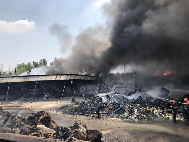 Xưởng chứa phế liệu bốc cháy ngùn ngụt giữa trưa - 7