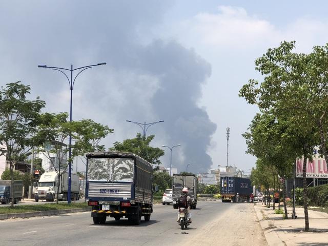 Xưởng chứa phế liệu bốc cháy ngùn ngụt giữa trưa - 1
