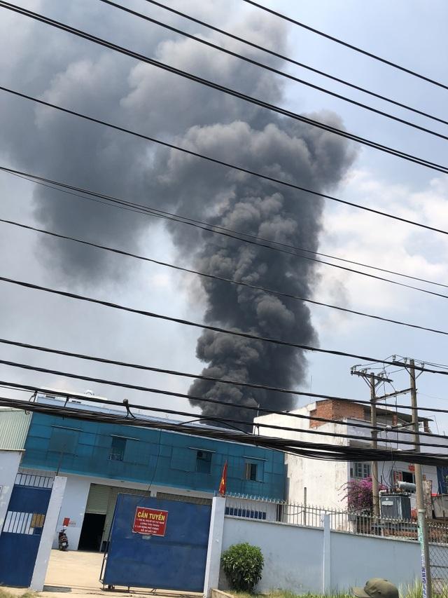 Xưởng chứa phế liệu bốc cháy ngùn ngụt giữa trưa - 3