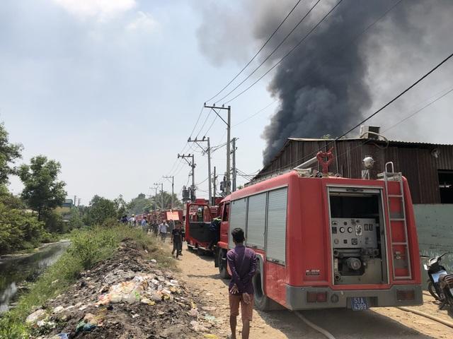 Xưởng chứa phế liệu bốc cháy ngùn ngụt giữa trưa - 5