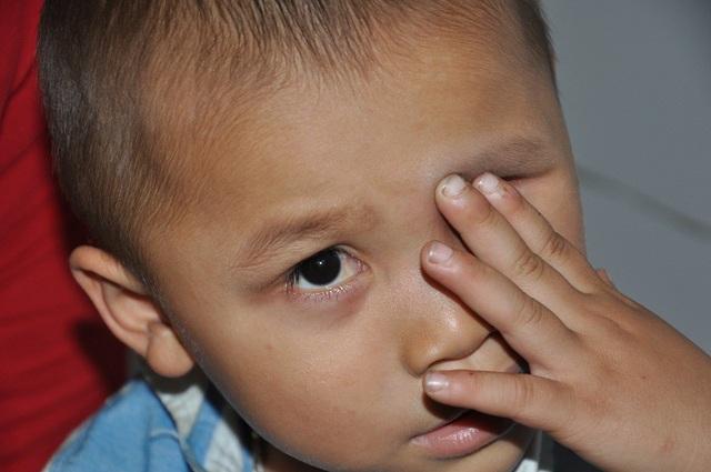 Ngày nào Hùng cũng lấy tay sờ lên mắt và hỏi mẹ Mắt con đâu mất rồi?