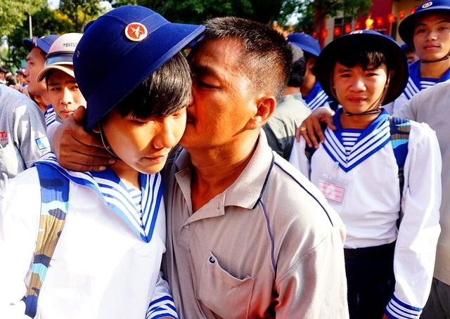 Những người cha ít khi thể hiện tình cảm cũng dành cho con nụ hôn, lời dặn dò.