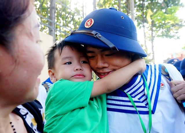 Cậu em trai ôm chặt lấy anh trước khi anh lên xe.