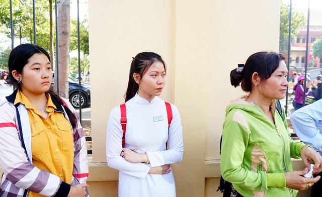 Thu Thủy (học lớp 11), ngụ huyện Nhà Bè tranh thủ đến sớm đưa tiễn người yêu lên đường nhập ngũ trước khi lên lớp.