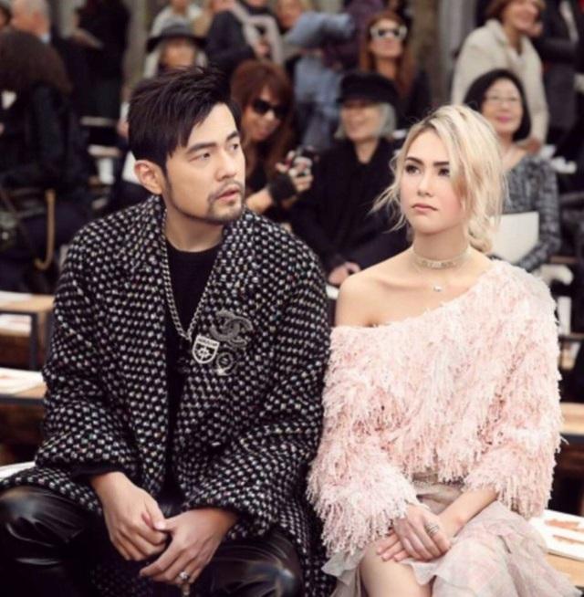 Châu Kiệt Luân và vợ, người mẫu Hannah, thu hút sự chú ý của truyền thông khi xuất hiện trong show của Chanel tại tuần lễ thời trang Paris, ngày 6/3.