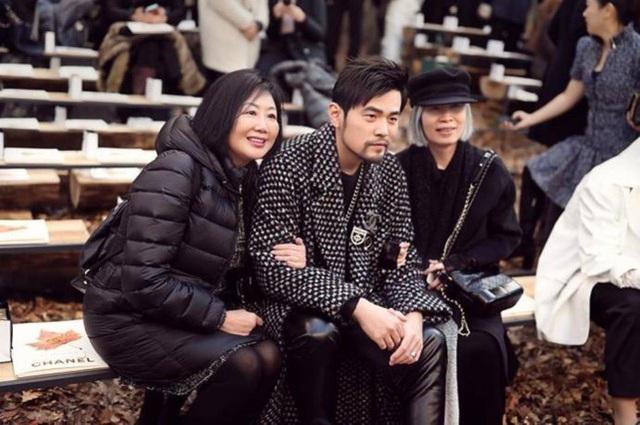 Châu Kiệt Luân chụp hình kỷ niệm với một vài fan.