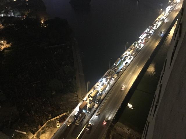 Hàng nghìn chiếc ô tô xếp kín mặt đường Vành đai 3 trên cao (hướng ra Pháp Vân) xuyên đêm.