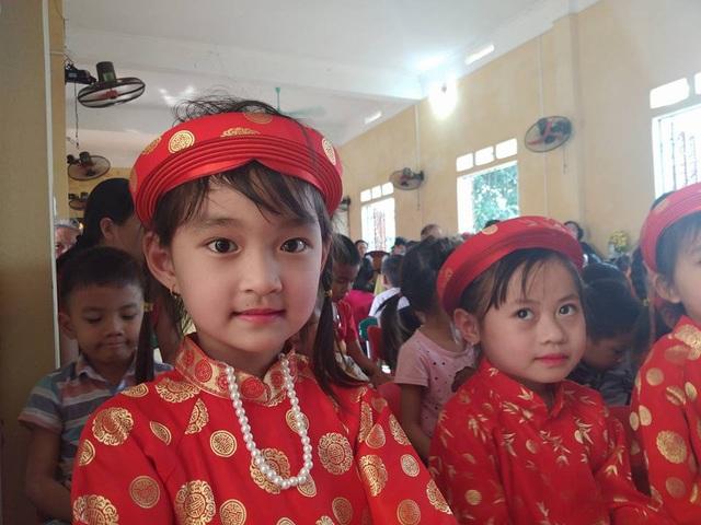Các em học sinh Trường mầm non Châu Quế Hạ tươi vui trong ngày lễ khởi công xây dựng công trình 2 phòng học mang tên Dân trí