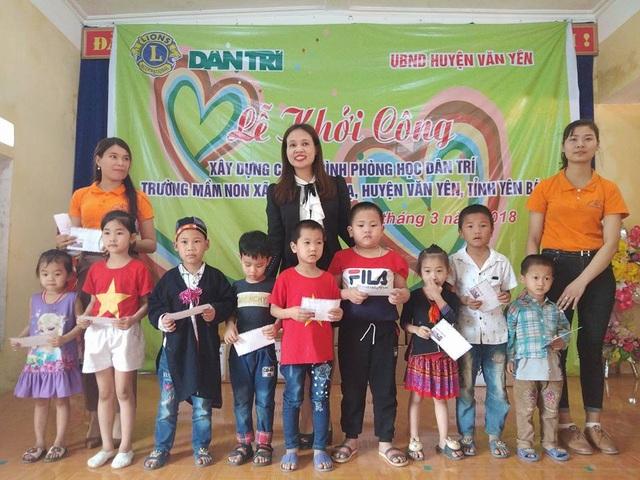 Chị Đỗ Thu Trang, Giám đốc Công ty CP OJT trao 10 suất học bổng với trị giá mỗi suất 500.000 đồng đến các em học sinh Trường mầm non Châu Quế Hạ