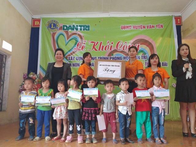 Ngoài ra, Chủ tịch Hội Khuyến học tỉnh Yên Bái Ngô Thị Chinh cũng trao 10 suất học bổng trị giá mỗi suất 300.000 đồng đến các em học sinh