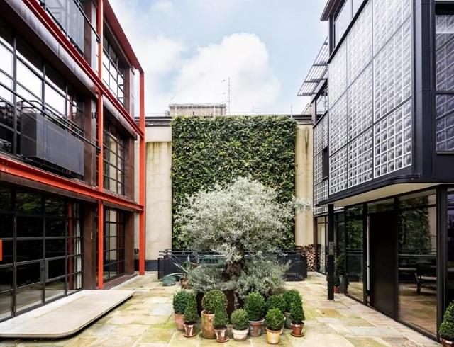 Thiết kế nội thất của Maison de Verre phiên bản Anh quốc này, được lấy cảm hứng từ thời đại của máy móc. Chúng ta có thể thấy sự tương đồng giữa không gian bên trong ngôi nhà với một nhà máy công nghiệp.