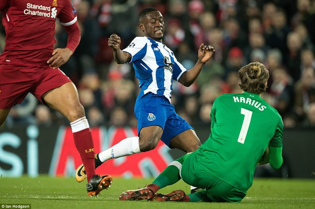 Thủ thành Karius lao ra ngăn chặn cầu thủ Majeed Waris của Porto dứt điểm