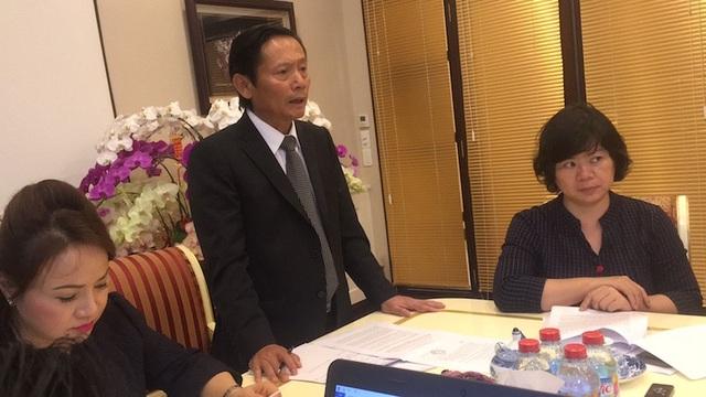 Bà Bình cho biết, bà đã nhờ 2 luật sư tư vấn, hỗ trợ mặt pháp lý, bảo vệ quyền và lợi ích hợp pháp cho mình là ông Phan Trung Hoài (Đoàn Luật sư TPHCM) và bà Đinh Ánh Tuyết (đoàn Luật sư TP Hà Nội).