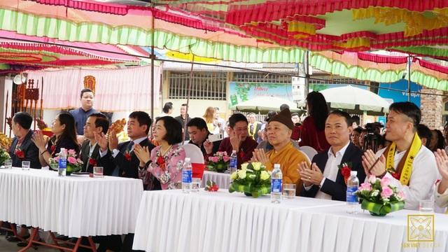 Các đại biểu tham dự buổi lễ Khởi công tôn tạo Đình Sen - Hành Cung