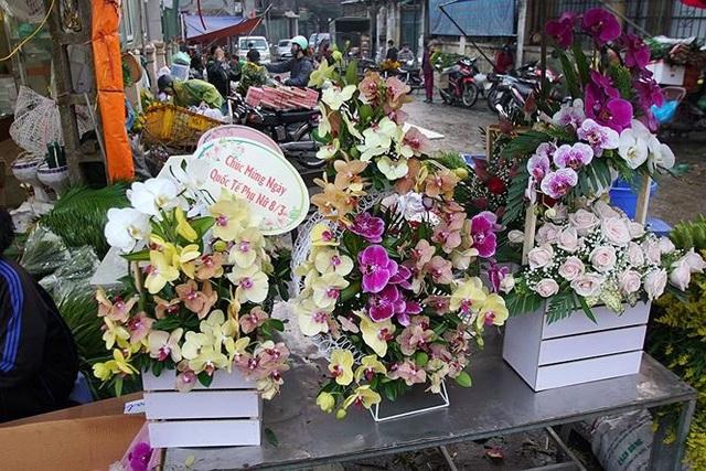 Nhiều cửa hàng hoa cũng bày bán thành phẩm cho những khách hàng mua ngay về tặng người thân.