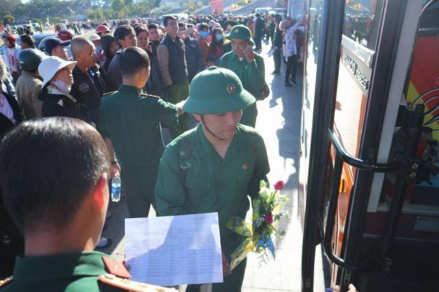 Những cái ôm chặt trong buổi tiễn tân binh lên đường nhập ngũ - 18