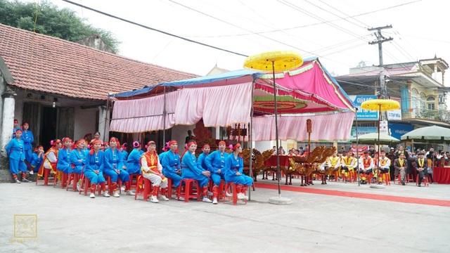 Đoàn rước kiệu vua trước giờ làm lễ