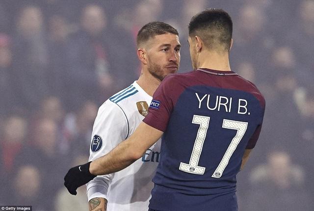 Ramos và Yuri trong tình huống va chạm trên sân
