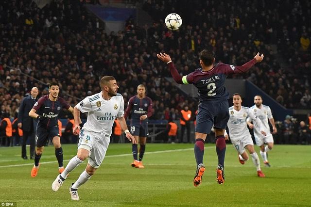 Trung vệ Thiago Silva trong tình huống truy cản tiền đạo Real Madrid