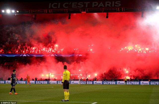 Các cổ động viên PSG đốt pháo sáng trên sân