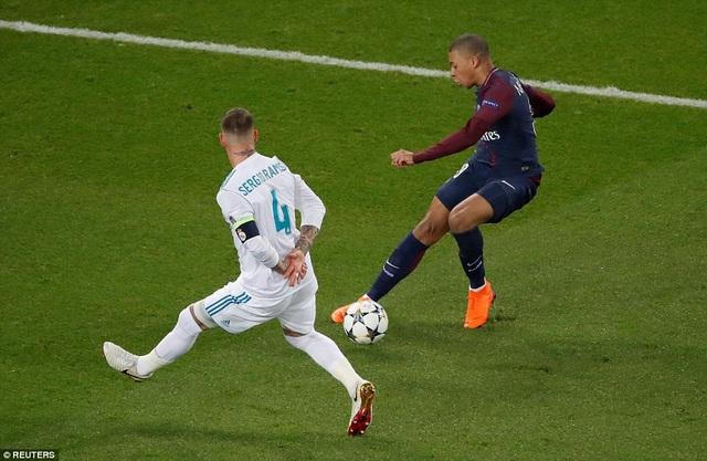Ramos trong tình huống truy cản chân sút Mbappe