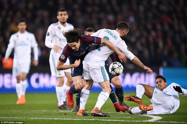 Trận đấu diễn ra đầy căng thẳng, Cavani trong vòng vây các hậu vệ Real Madrid