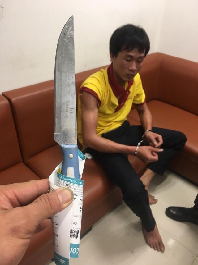 Tài xế lái taxi dùng dao tấn công nhân viên an ninh hàng không trưa 7/3