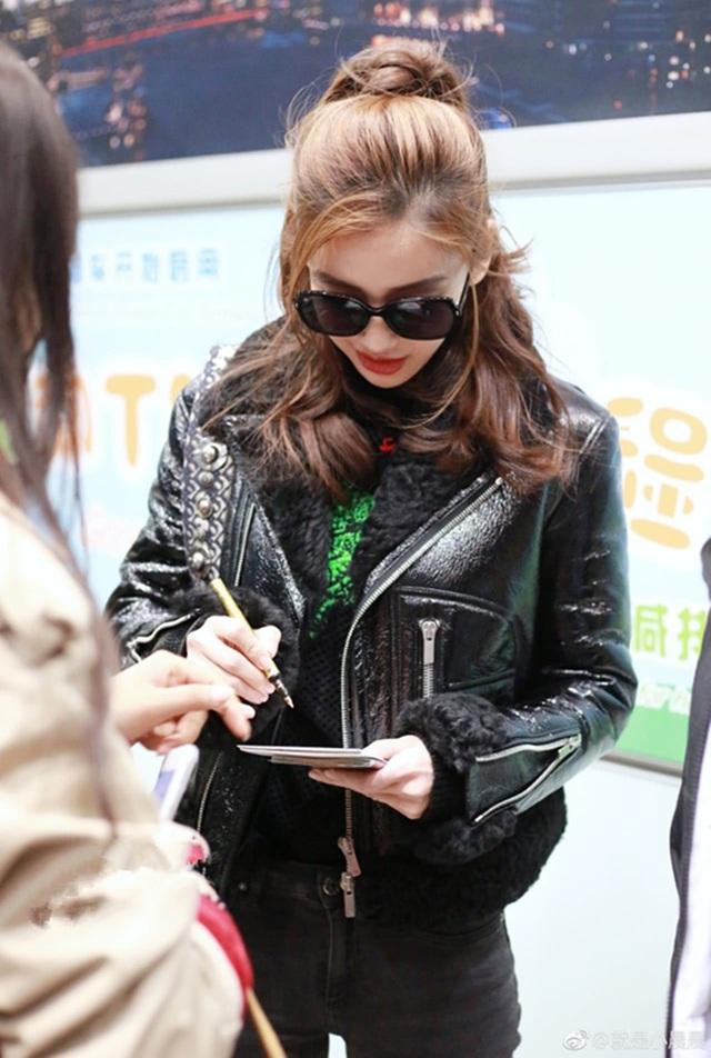 Angelababy nán lại ký tặng fan tại sân bay. Bà xã của Huỳnh Hiểu Minh ngày càng nổi tiếng và được truyền thông quan tâm.
