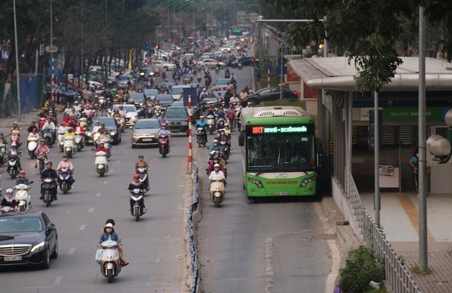 Cảnh xe máy ồ ạt bám đuôi buýt nhanh BRT.