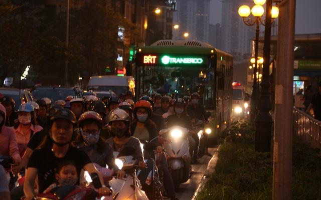 Vào các giờ cao điểm buổi sáng và buổi chiều, buýt nhanh BRT luôn phải ngụp lặn trên chính làn đường được bố trí riêng khi các phương tiện ồ ạt xâm chiếm.