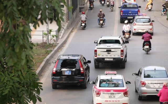 Một xe biển xanh đi vào làn đường BRT ở khu vực Giảng võ - Giang Văn Minh.