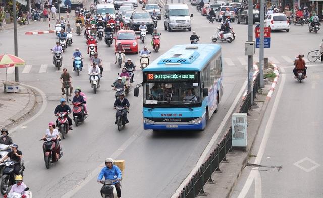 Một chiếc xe buýt thường đi vào đường riêng của buýt BRT.  Mới đây, Trung tâm Quản lý và điều hành giao thông đô thị (Sở GTVT Hà Nội) đưa ra đề xuất cho các phương tiện khác được sử dụng chung làn đường buýt nhanh BRT trong một số khung giờ nhưng chưa được chấp thuận.