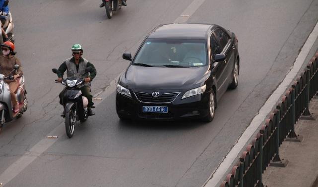 Không ít lái xe biển xanh cũng đi vào làn đường BRT.
