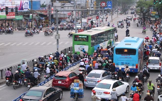 Các phương tiện vi phạm làn đường riêng của buýt BRT dù đã có dải phân cách cứng.