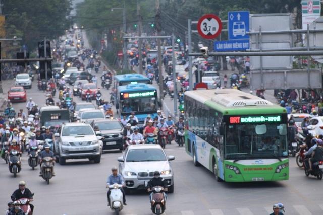 Hình ảnh ghi nhận tại nút giao thông Láng Hạ - Đê La Thành, hai xe thường nối đuôi buýt nhanh BRT.