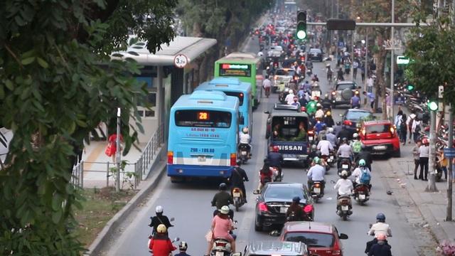 Ngoài giờ cao điểm, đường riêng của buýt BRT cũng thường xuyên có các phương tiện khác đi vào, trong đó có cả buýt thường.