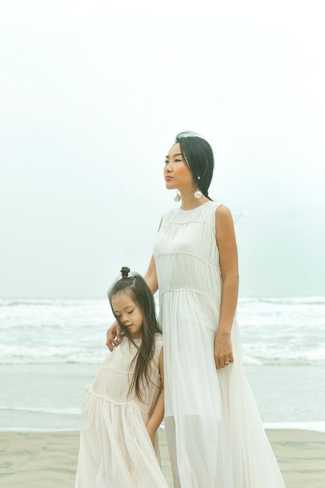 Đoan Trang thường xuyên đưa con gái đi du lịch khắp nơi mỗi khi có thời gian rảnh rỗi. Nữ ca sĩ không tiếc tiền sắm sửa cho con gái.