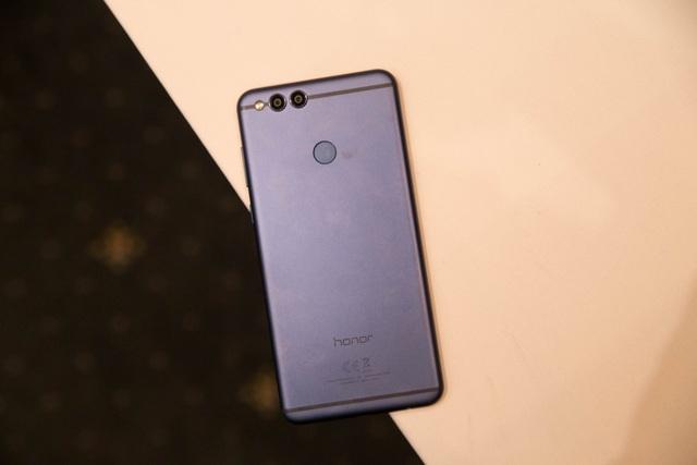 Bên trong, máy sử dụng con chip Kirin 659 của Huawei, RAM 4 GB và bộ nhớ trong 64 GB. Hãng cũng tích hợp cho máy dung lượng pin 3.340 mAh và khởi chạy Android 8.0.