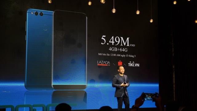 Hãng cho biết, máy sẽ được phân phối thông qua kênh online thay vì bán offline như các thương hiệu khác. Đây cũng mô hình bán hàng mà Honor đã định vị kể từ khi thành lập đến nay. Tuy vậy, trong thời gian tới hãng cũng tiết lộ đang làm việc với một số hệ thống bán lẻ để kinh doanh mặt hàng Honor tại Việt Nam thông qua mô hình offline.