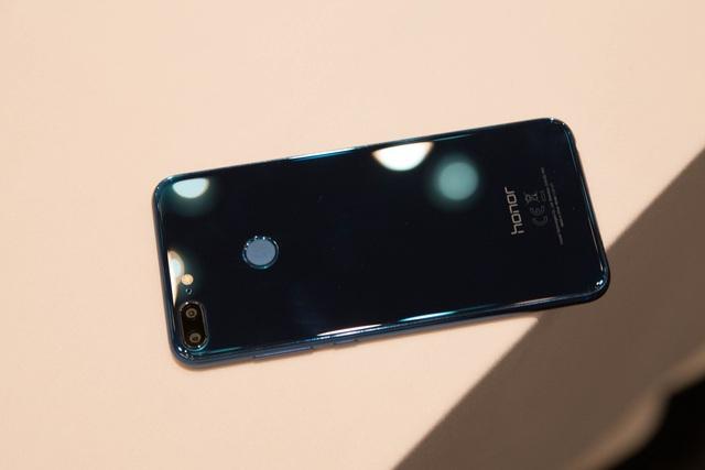 Sản phẩm này sử dụng lớp kính khá bóng bẩy cùng một màu sắc xanh đẹp mắt. Tất nhiên, hãng còn có thêm màu đen và xám để người dùng lựa chọn.